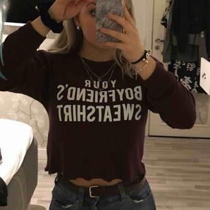 Superskön kroppad tröja med ett kaxigt tryck! En fin vinröd färg och otroligt stretshiga skönt material:) bra skick!!