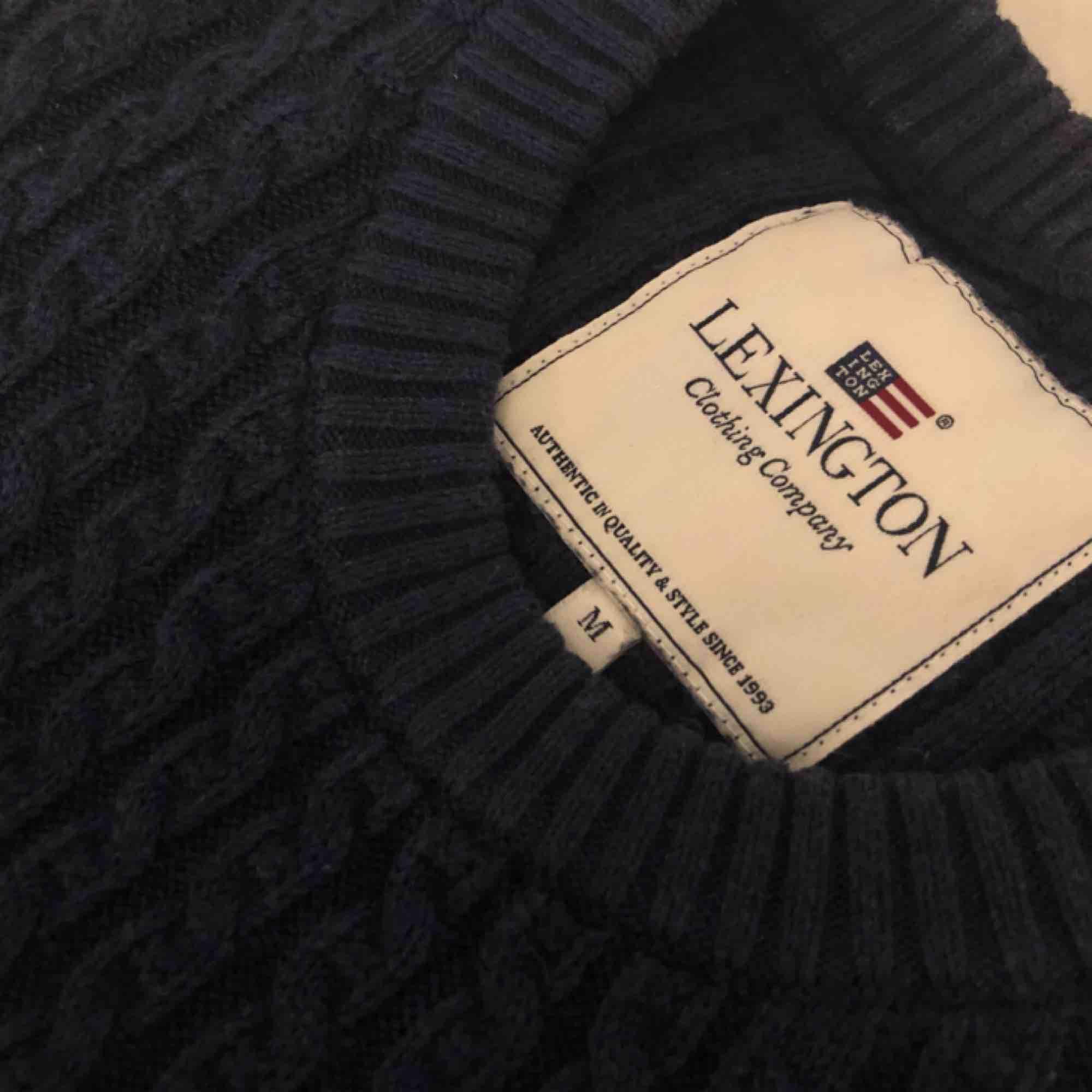 Marinblå tröja från Lexington i storlek dam M. Fint men använt skick. Sälj för 150kr, frakt ingår och kan även mötas i Uppsala. . Tröjor & Koftor.