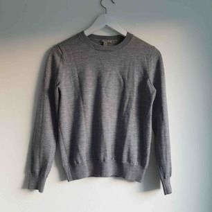 Lyxig 100% merinoull tröja/knitwear från COS. Ganska liten i storleken, mer XS skulle jag säga. Otroligt varm och go.  Passar inte mig, så hopas hittar nytt (bättre) hem :) Frakt tillkommer om du inte bor i Uppsala.