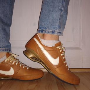Skitcoola gympaskor från Nike i retrostil. Unik modell och i toppskick. Aldrig använda och därmed inga fel. Säljes pga för trånga för mig☹️. Möts upp i sthlm annars står köparen för frakten.❤️. (pris kan diskuteras)