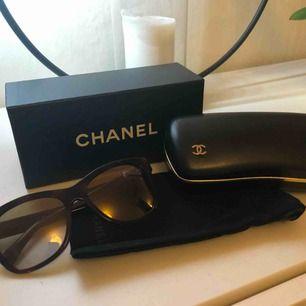 Äkta Chanel solglasögon modell 5380 som bara blivit använda ett fåtal gånger, köpte förra sommaren. Nypris 2790kr, färgen heter 1575/6E och är lite brun melerade med bruna glas. Fodral och alla tillbehör medföljer.