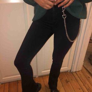 Sjukt snygga byxor från Gina med snygga slitningar vid byxans ände. Säljer billigt :) köparn står för frakt. Pris kan diskuteras