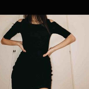Svart stickad klänning 🔥  Dma för mer info eller bilder 💞
