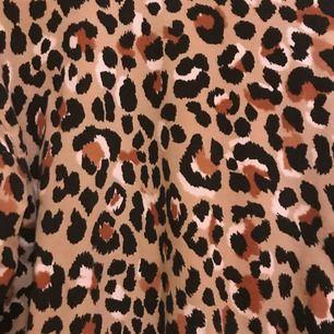 Söt sweater från Bershka i Leo/Cheetah, väldigt bekväm och nice material! Kan mötas upp i Malmö. Kan gå ner lite i pris vid snabb affär 🤠🤠😗