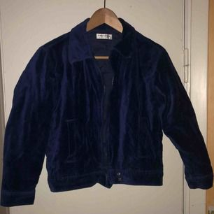 Sammetsblå jacka i storlek S  Kan fraktas men då står köparen för frakten