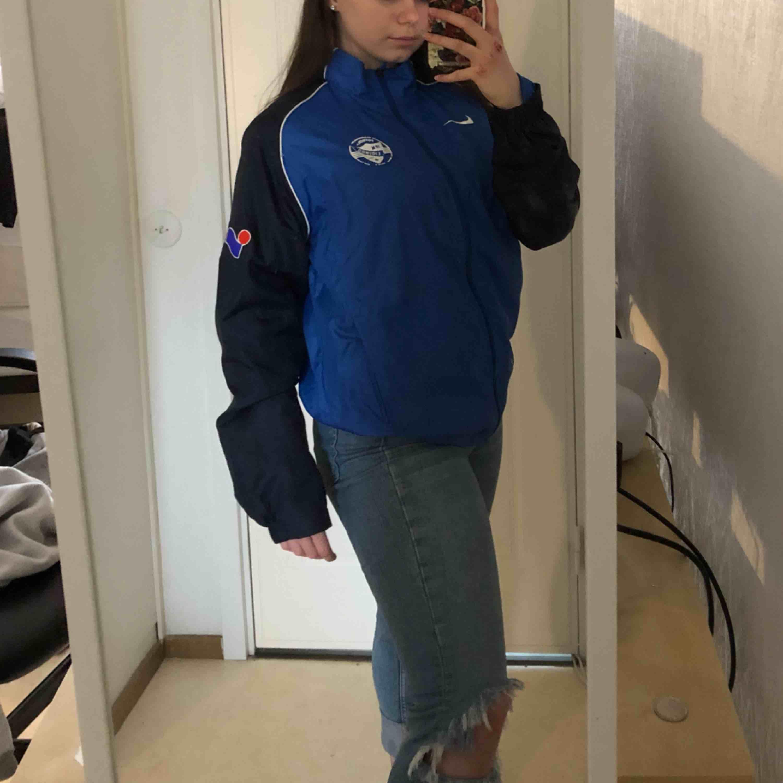 Snygg blå adidas vindjacka med vita detaljer. Skriv om du har några frågor! :) 60kr + frakt  frakt: 18kr. Jackor.