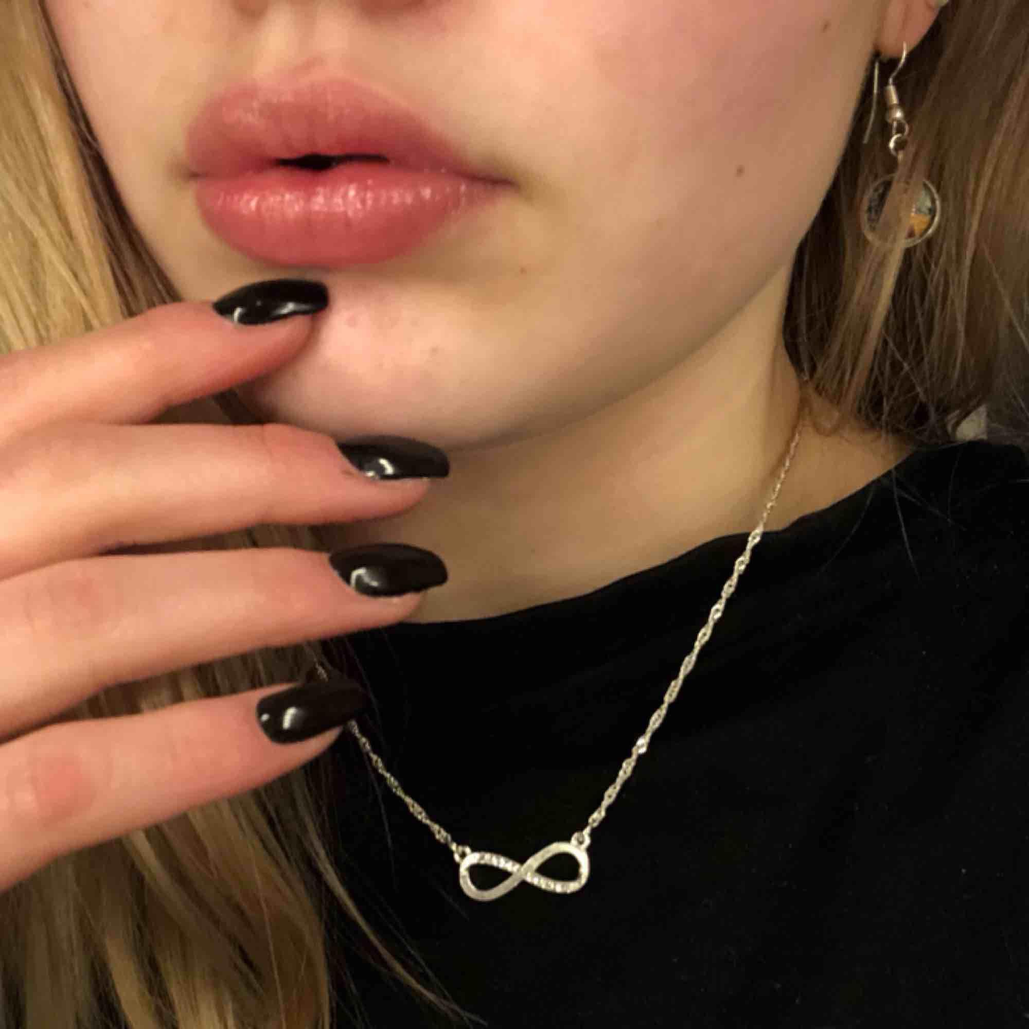 Ett väldigt fint halsband som används för lite!! Väldigt bra skick 🤩 frakt tillkommer/ möts i Karlstad!📍 Swish eller kontant 💵. Accessoarer.