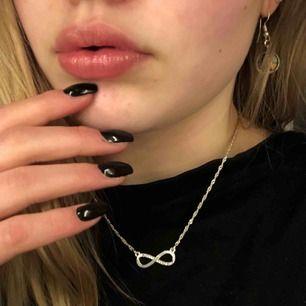 Ett väldigt fint halsband som används för lite!! Väldigt bra skick 🤩 frakt tillkommer/ möts i Karlstad!📍 Swish eller kontant 💵