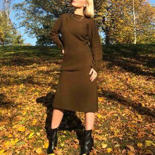 Säljer min klänning i ull (från uniqlo). Jättebra att ha på hösten eller tidig vår. Frakt tillkommer men möts gärna upp i Stockholm. (Knappt använd).