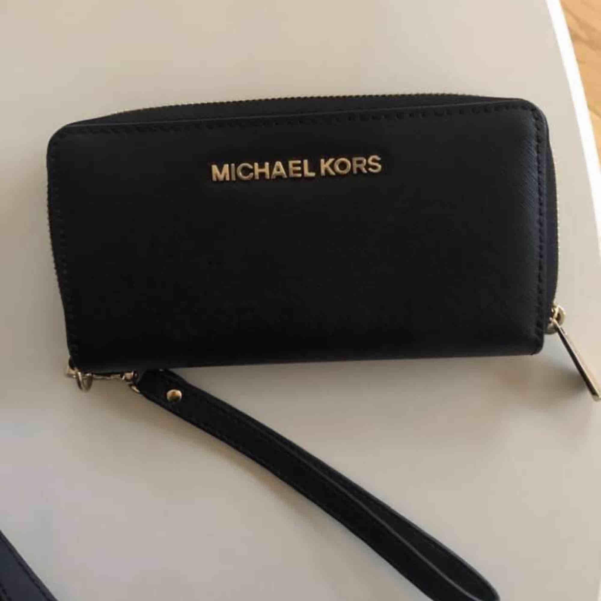 En Michael Kors väska & plånbok! Använd men i bra skick 🤩. Väskor.