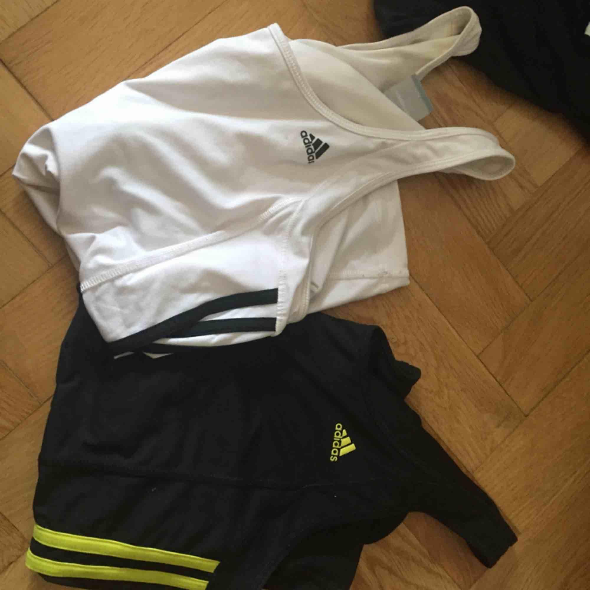 Träningslinnen från Adidas med inbyggd sport-bh. 50/st eller båda för 85kr. Två pyttesmå fläckar på det vita linnet som säkert går att tvätta bort. Använt men gott skick!  . Toppar.