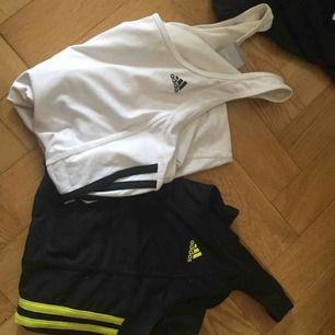 Träningslinnen från Adidas med inbyggd sport-bh. 50/st eller båda för 85kr. Två pyttesmå fläckar på det vita linnet som säkert går att tvätta bort. Använt men gott skick!