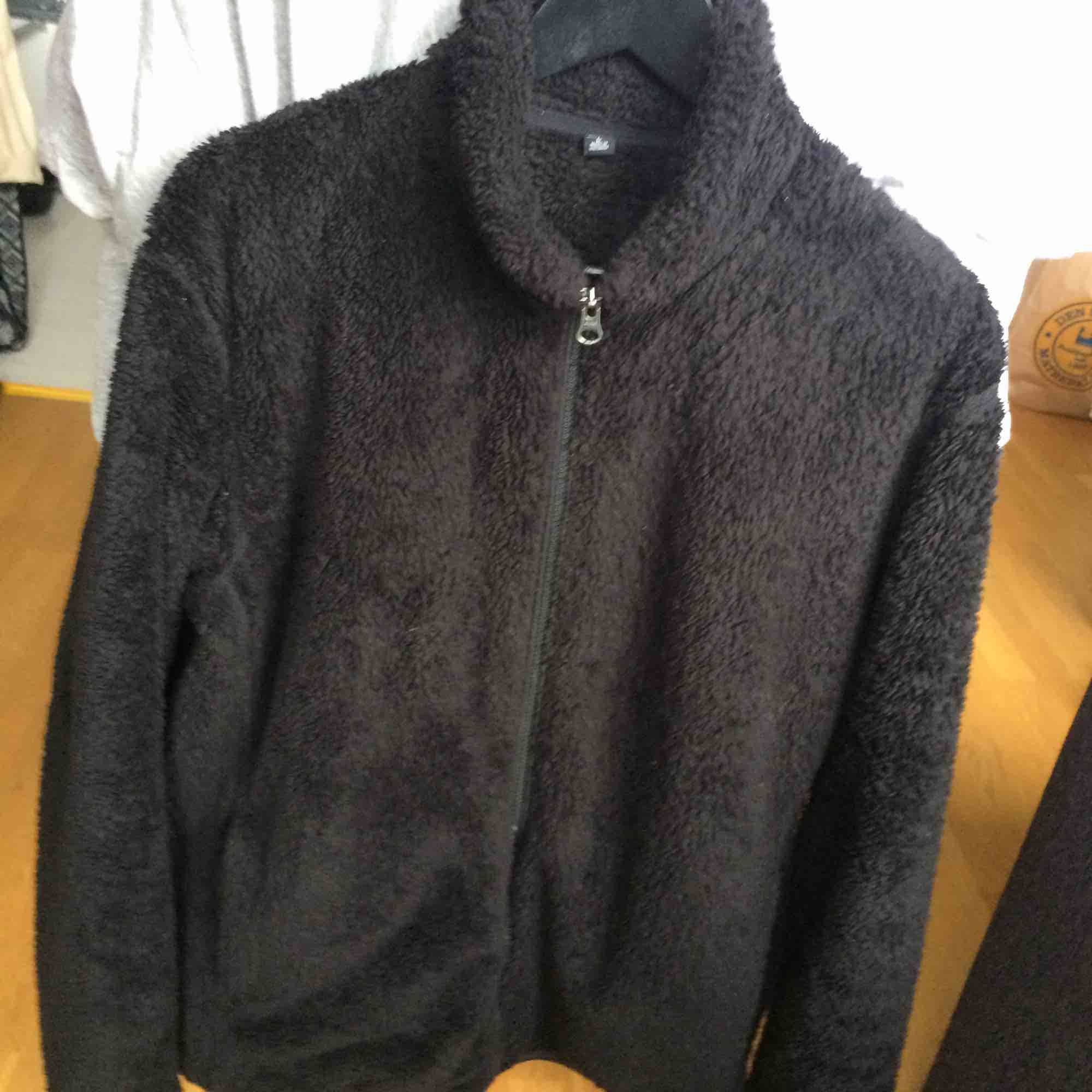 Black uniqlo fleece, 9/10 condition. Will mail at buyers expense . Jackor.
