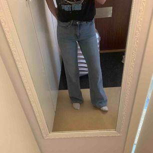 Så snygga flare/raka jeans från mango, sitter tight i rumpa men blir raka från lår och nedåt! Använda 3 gånger, passar mig är 1.64 lång! Frakten ingår i priset.