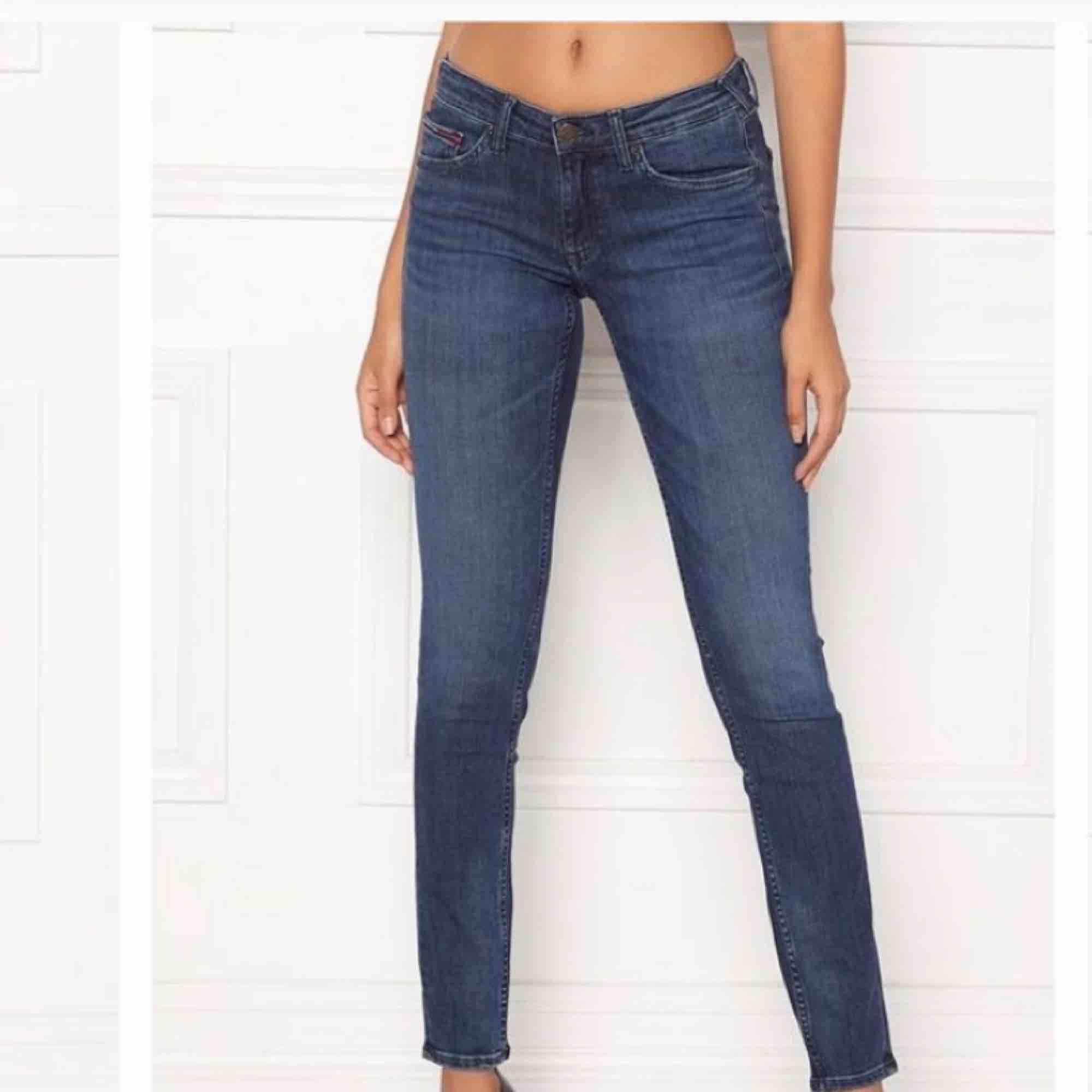 Äkta tommy hilfiger jeanse från USA i bra skick!  Nypris: 1200kr, säljer dem för 650kr, men ni kan buda.  Köparen står för frakten!  . Jeans & Byxor.