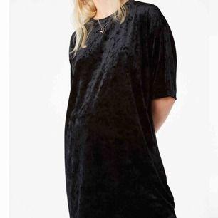 En ny oanvänt oversized velvet tisha från Monki 🖤 kan användas som klänning