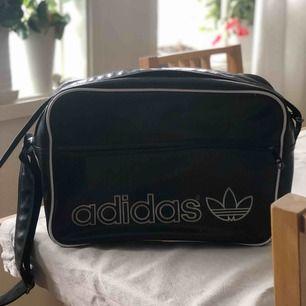 Adidas väska, frakt tillkommer