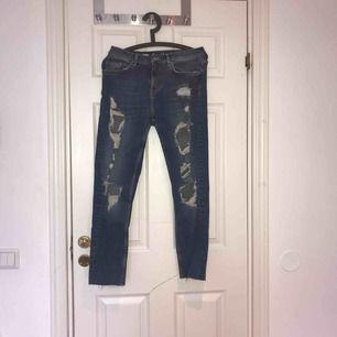 Ett par slitna blåa Mum-jeans som är använda max 3 gånger så alltså i väldigt bra skick! Kan mötas upp i Uppsala eller så står köparen för frakten!:)