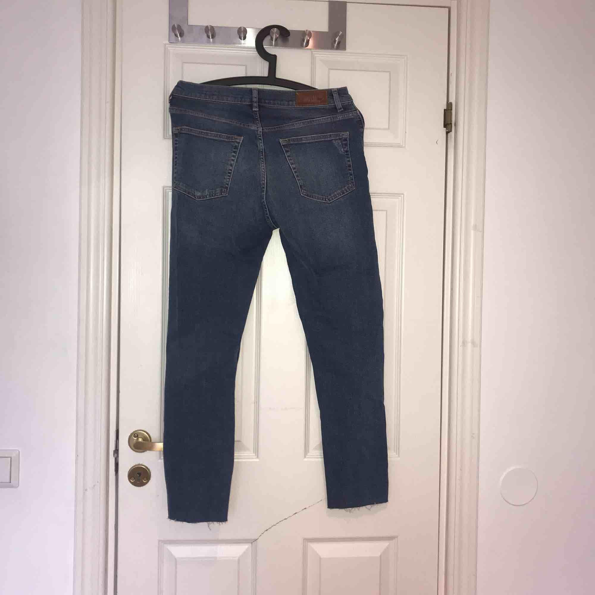 Ett par slitna blåa Mum-jeans som är använda max 3 gånger så alltså i väldigt bra skick! Kan mötas upp i Uppsala eller så står köparen för frakten!:). Jeans & Byxor.