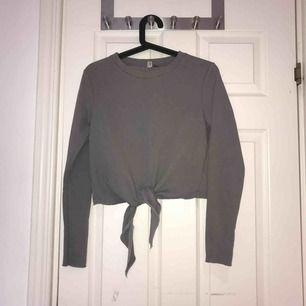 Grå tröja med knytning i fram från H&M i bra skick! Kan mötas upp i Uppsala eller så står köparen för frakten!:)