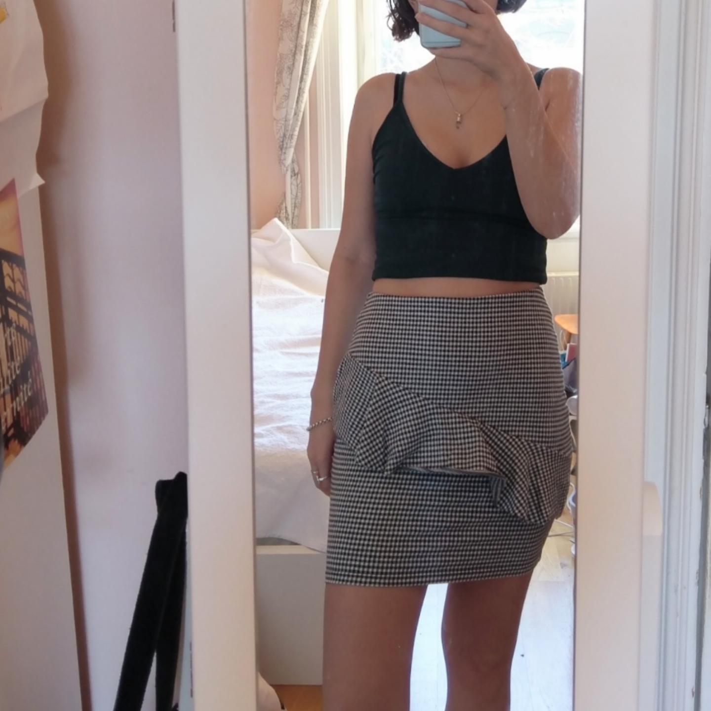Tight kjol med svarta och vita rutor och volang på framsidan. Använd 1-2 gånger✨  50%bomull, 30% polyester, 17% viskos, 3% elastan. Möts i Stockholm eller postas mot porto (36). Kjolar.
