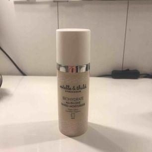 En all-in-one tinted moisturizer från estelle & thild. Har använt 2 eller 3 ggr men finns mer än hälften. Riktigt fin på huden men är för ljus för mig nu.