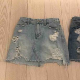 Ett par jeans kjolar från Hollister i storleken 00 23. Använt några ggr men är i bra sick. Bådda tsm för 100kr försäg 70kr