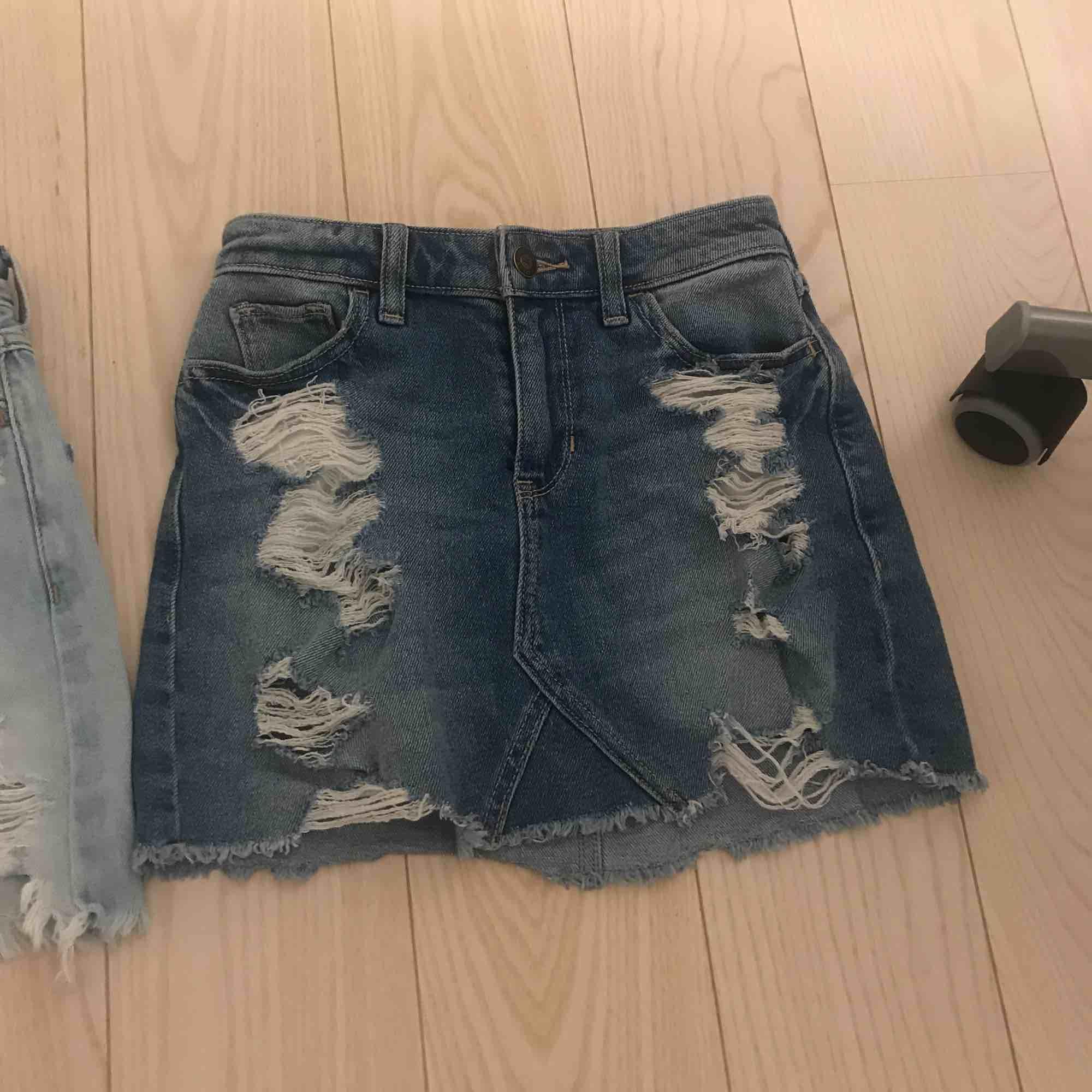 Ett par jeans kjolar från Hollister i storleken 00 23. Använt några ggr men är i bra sick. Bådda tsm för 100kr försäg 70kr . Kjolar.