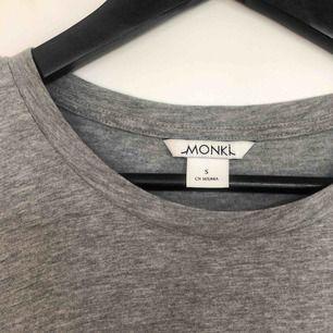 Kortare tshirt från monki. Aldrig använd