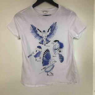 Vit tshirt med blåa fåglar från monki