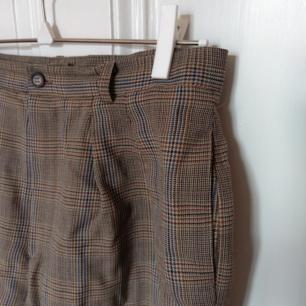 Superfina, rutiga shorts i jättebra kvalitet! Knappt använda av mig då de är lite för stora i midjan. Står storlek 8 (36) i, skulle säga att de snarare är 38. 100% ull! Endast upphämtning i Stockholm ✨