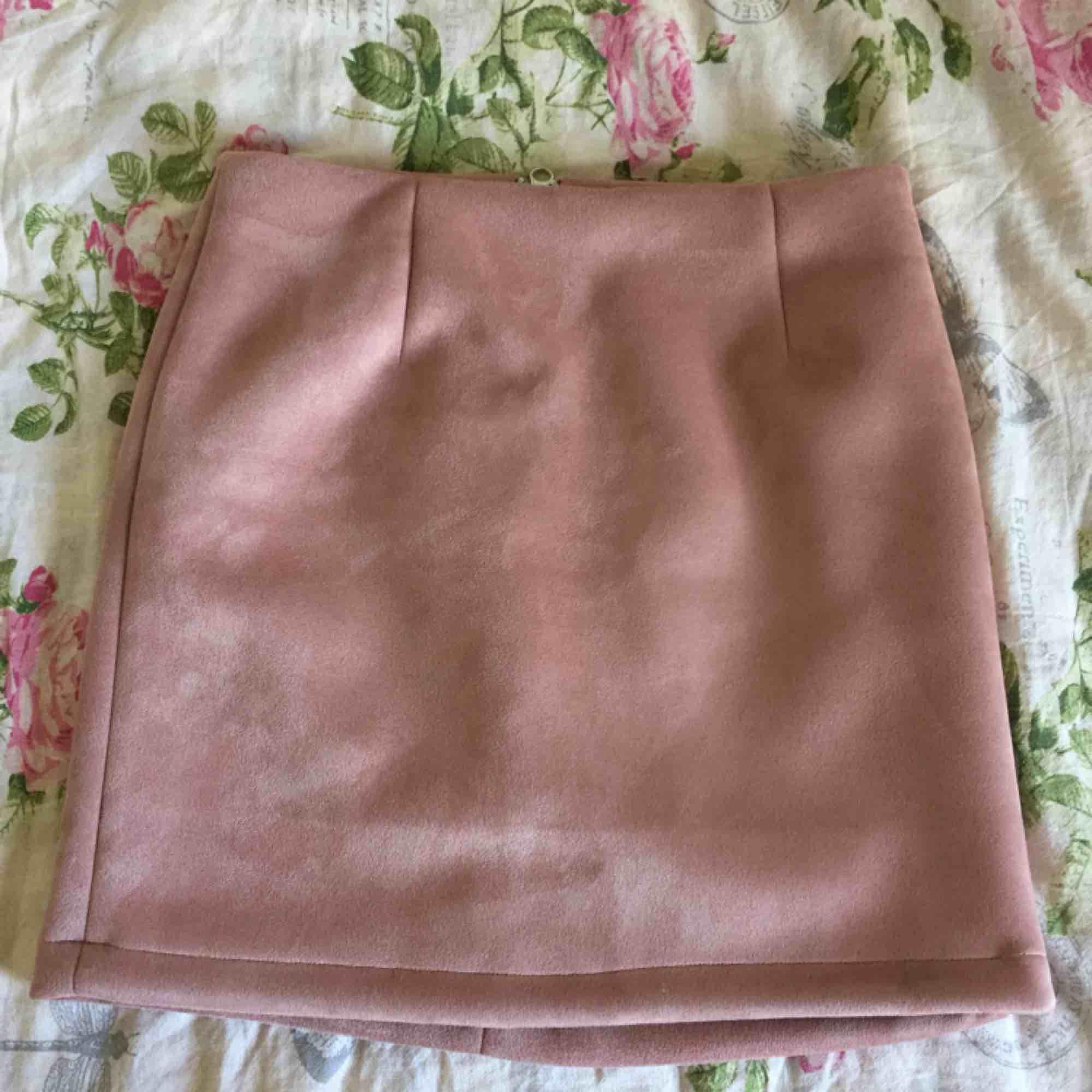 Så fin kjol som tyvärr aldrig kommer till användning. Från bikbok i storlek xs men passar även s då den töjer sig. . Kjolar.