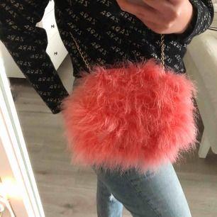 Supersöt rosa fluffig väska från river island, knappt använd och i befintligt skick:)