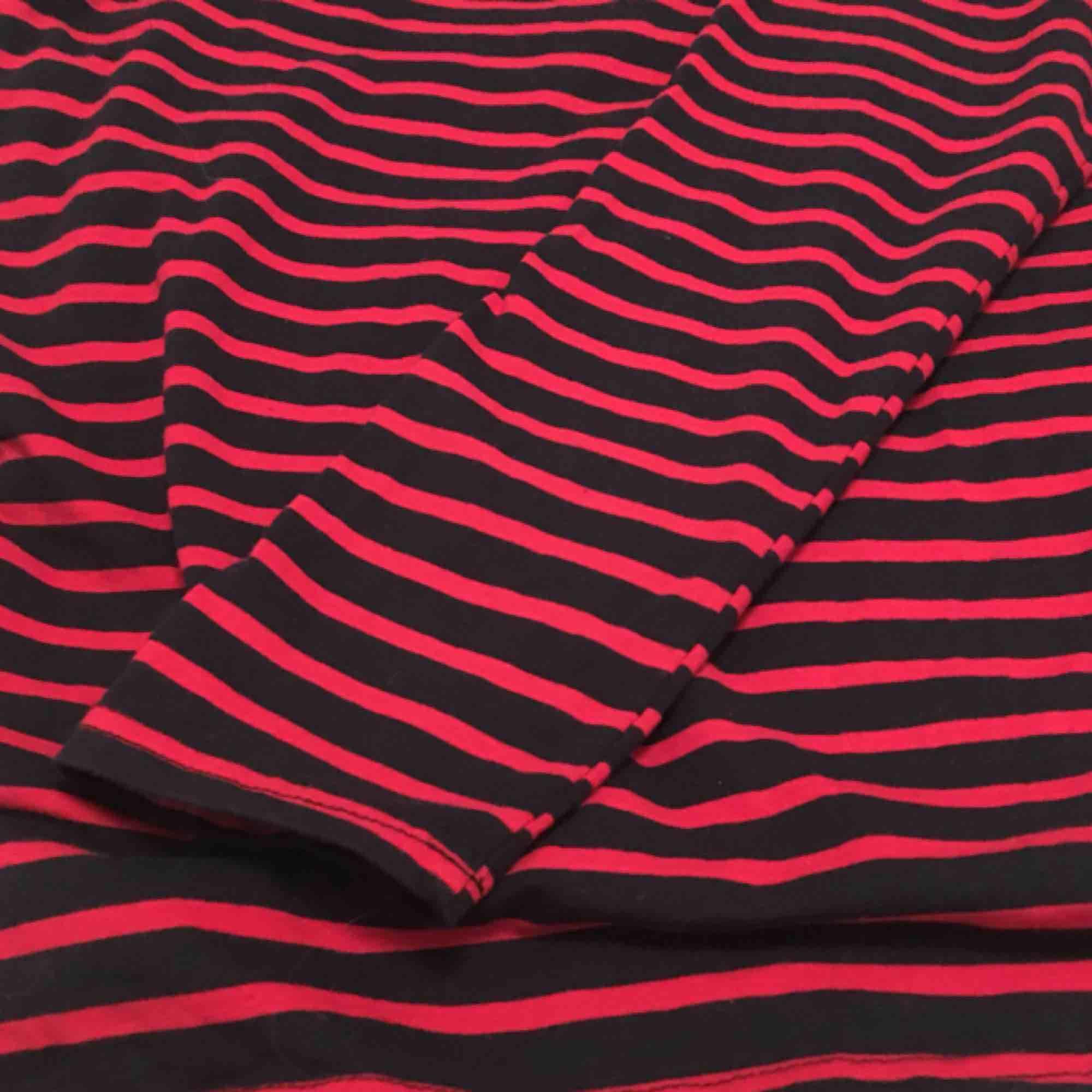 """Oversized turtleneck i färgen röd och väldigt mörkt blå. Använd  endast två gånger och i mycket fint skick! Storleken är """"onesize"""", byst: 102cm, längd: 69cm, ärm: 71cm  Frakt står köparen för. Tröjor & Koftor."""