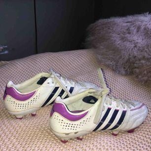 Ett par adidas fotbollsskor! Använda en hel del så rätt så slitna men otroligt sköna!! Har egentligen 38,5 i vanliga skor men 40 passar mig! Köparen står för frakten⚽️💗✨