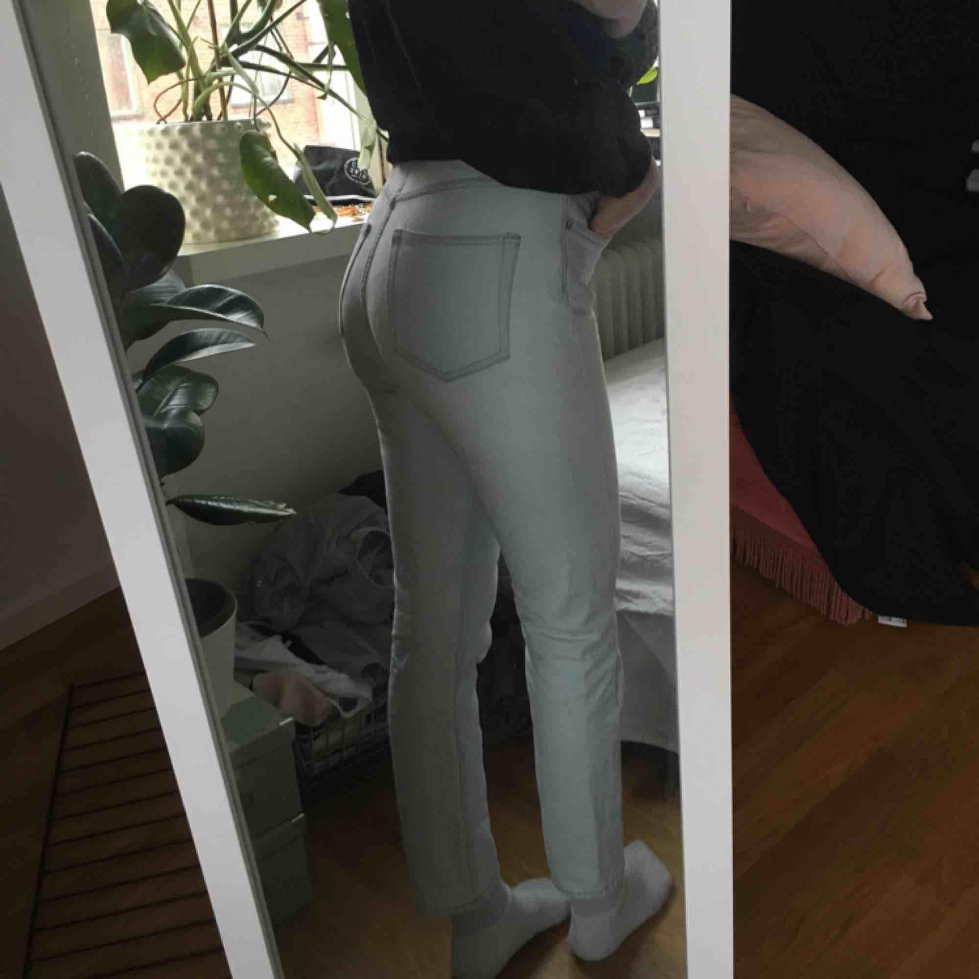 Weekday Seattle jeans, storlek 26. Använder inte längre då jag har alldeles för många jeans och håller på o rensar! Nyskick då de e använda få ggr. Jeans & Byxor.