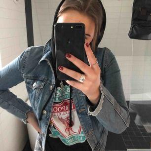 (pris kan diskuteras vid snabb affär) SKITSNYGG jeansjacka i kortare modell!! Passar till allt men säljer pga för liten :( Köparen står för frakt men kan också mötas upp i Stockholms innerstad eller Spånga/Järfälla