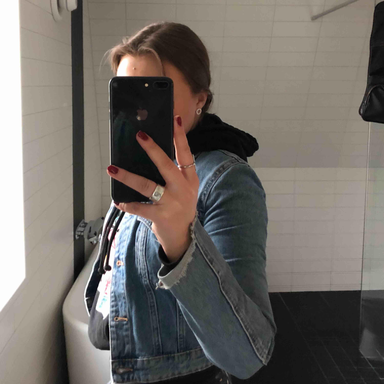 du får den för 130kr!!!!! SKITSNYGG jeansjacka i kortare modell!! Passar till allt men säljer pga för liten :( Köparen står för frakt men kan också mötas upp i Stockholms innerstad eller Spånga/Järfälla. Jackor.