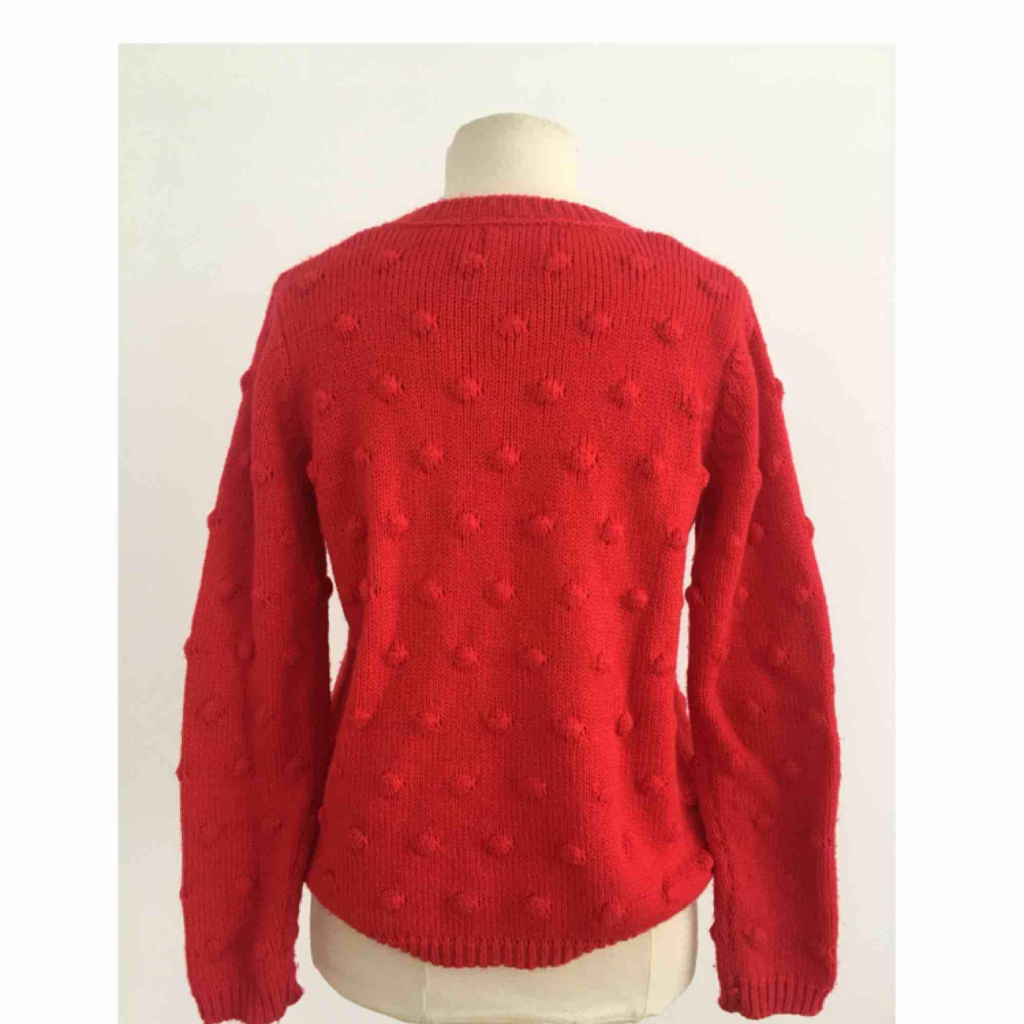 Stickad tröja i skönt material.  Märke: Holly & Whyte for Lindex. Storlek: S Skick: Mycket gott. Använd två gånger.  Pris: 100 kronor eller bud.   . Stickat.