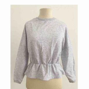 Sweatshirt med volang i midjan.  Märke: Gina Tricot Storlek: XS Skick: Mycket gott. Använd 2-3 gånger.  Pris: 100 kronor eller bud. Frakt: Betalas av köparen.