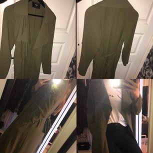 Militärgrön kappa, använd fåtal gånger men är som ny! Perfekt till sommaren/hösten Nypris: 600kr