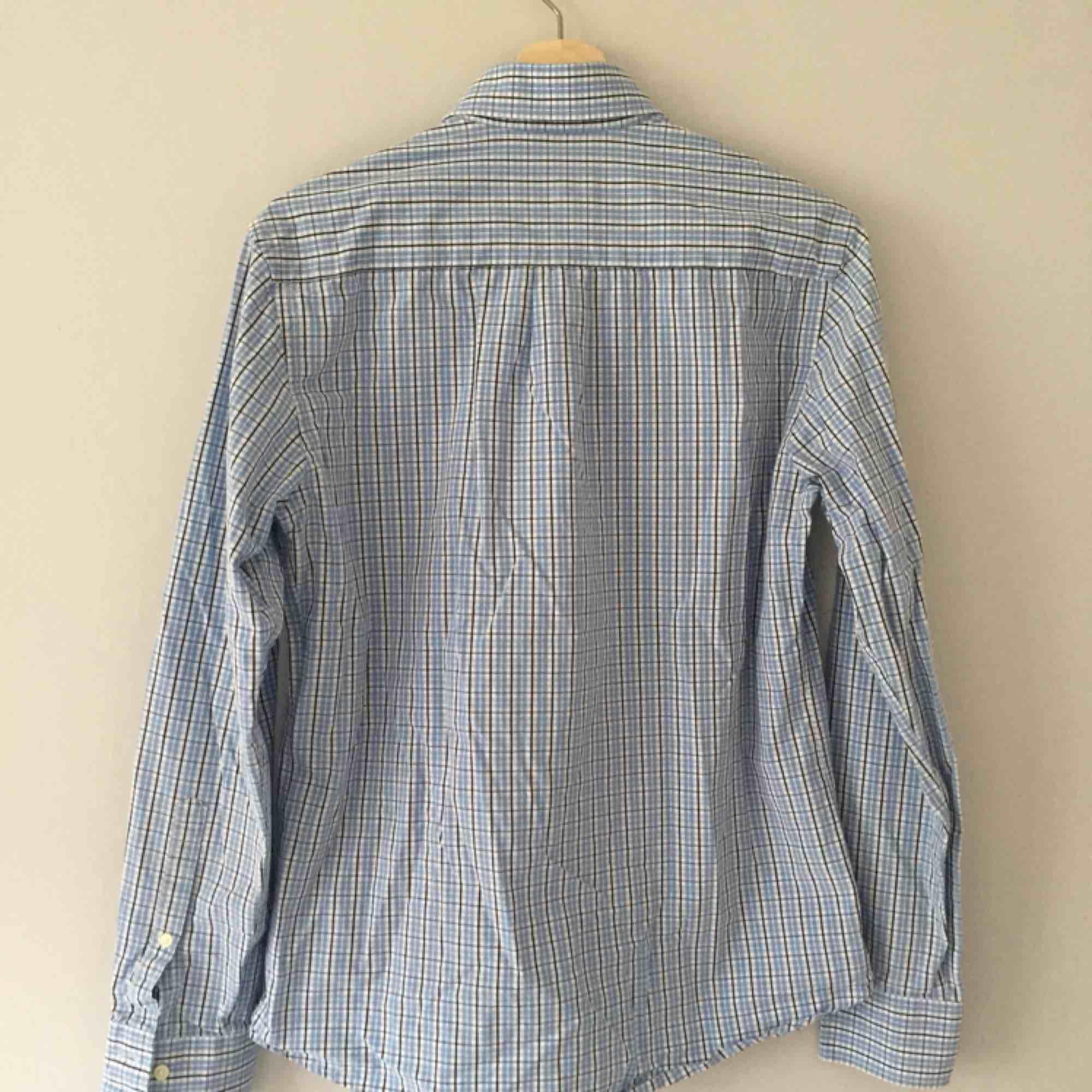 Peak Performance skjorta, storlek S men liten i storleken . Skjortor.