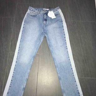 Jag säljer ett par helt oanvända mom jeans från nakd💕 Nypris 499kr.  Möts upp i Falun, kan även fraktas men köparen står frakten 💕
