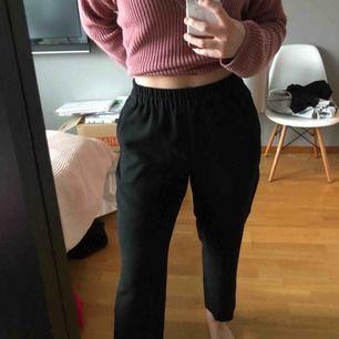 sköna svarta kostymbyxor som man kan klä upp eller ner 💗 köpt från Lindex i storlek S men skulle nog passa en M också! Säljer pågrund av att det är i min stil längre, använda 1 gång! Köparen står för frakten!💫