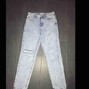 Mom jeans från ginatricot i bra skick som sällan används! Nypris 599kr. Möts upp i Falun, kan även fraktas men köparen står frakten 💕
