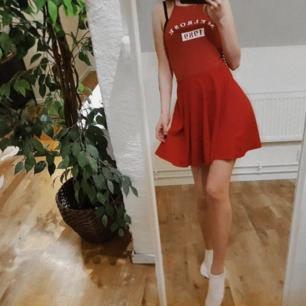 Riktigt fin kjol i rött från Zara trafaluc. Använd, men fortfarande i fint skick. Perfekt till våren!   OBS. Toppen finns också att köpa.   Frakt tillkommer vid köp, samfraktar gärna! 🖤