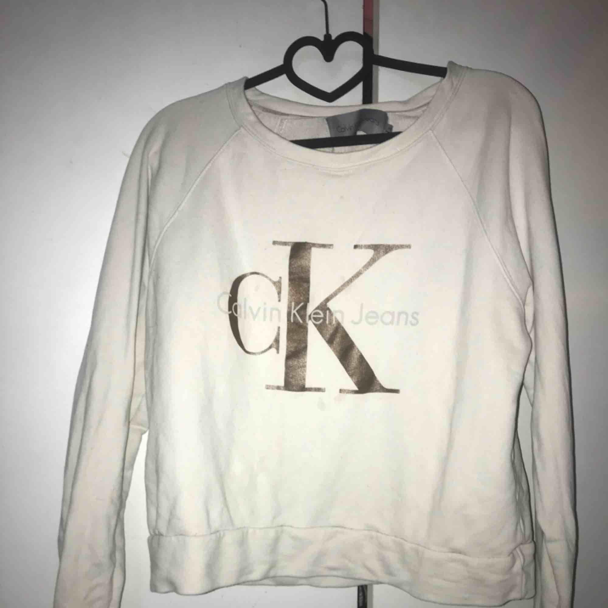 Calvin Klein tröja, strl M.  Skickar mot frakt via swish, annars finns den i Halmstad/Laholm . Tröjor & Koftor.