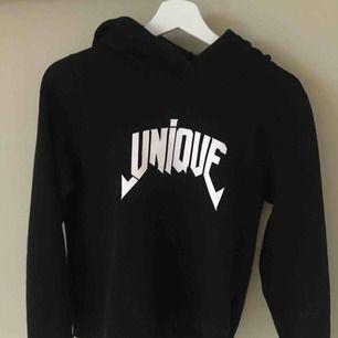 """Svart hoodie med texten """"unique"""" stor luva och mysig inne i tröjan. Köparen står för frakten:)"""