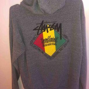 Suuper nice hoodie från Junkyard och knappt använd.  Skulle säga att storleken är lite större än vanlig XS