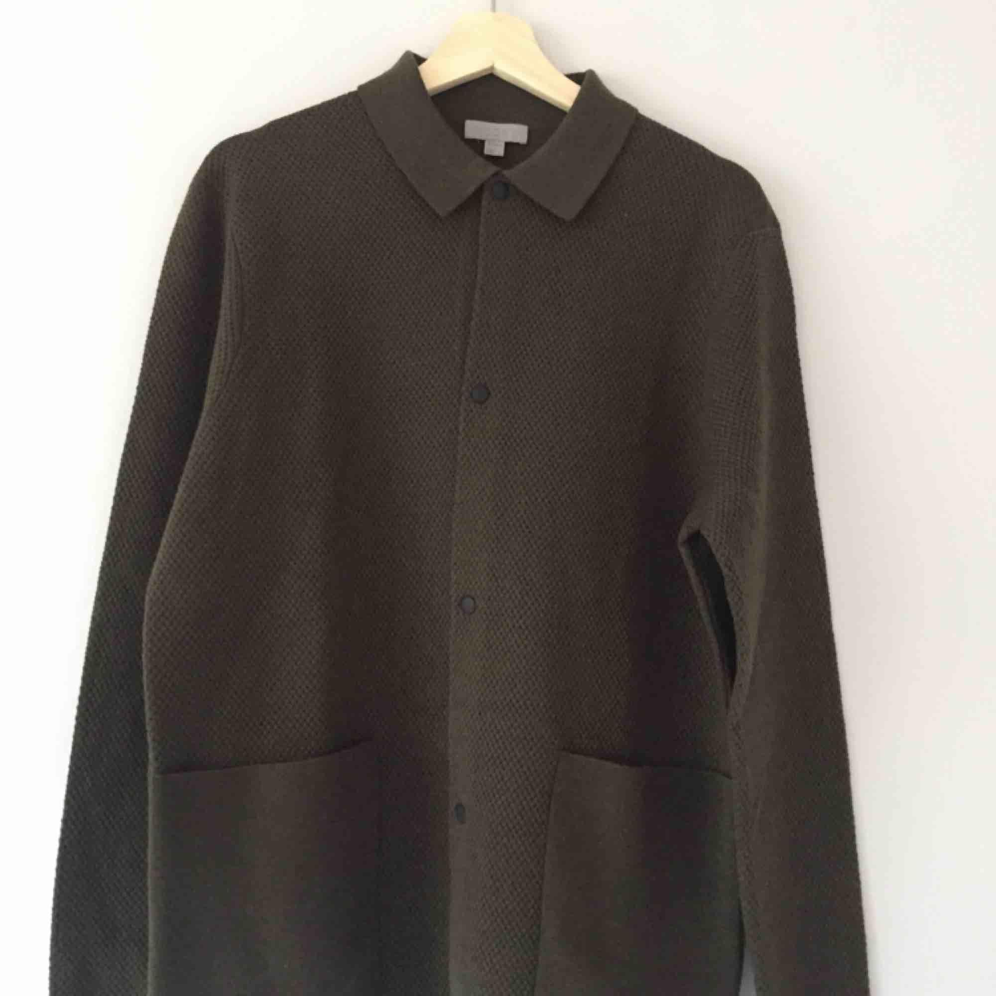 Helt oanvänd stickad tröja från cos i 100% ull. Stickat.